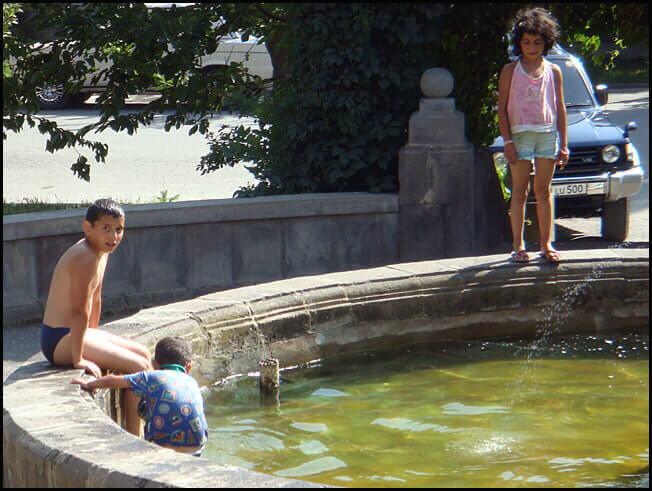 Hotel sissian enfants jouant dans la fontaine