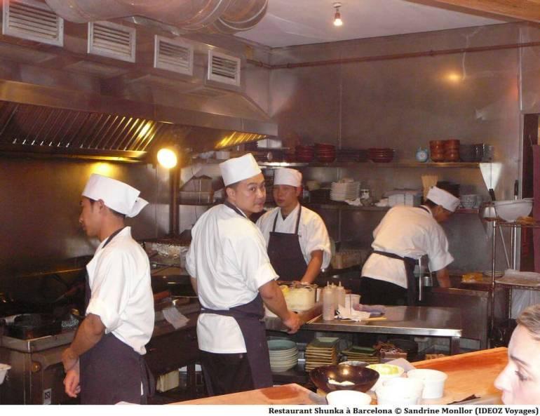 Restaurant shunka cuisiniers en train de préparer les plats japonais