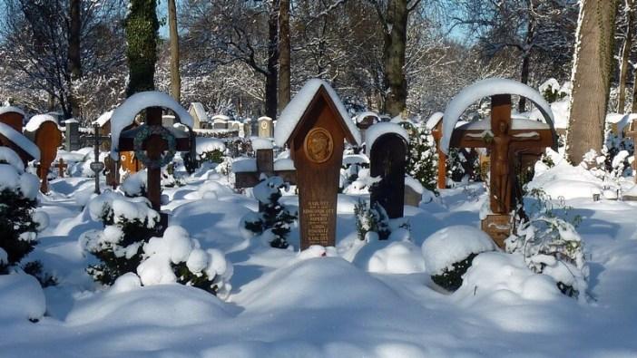 Tombes en bois sous la neige Westfriedhof cimetiere de l'ouest à Munich