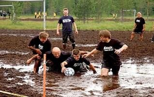 suojalkapallo football dans les marécages en Finlande
