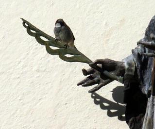 mittenwald statue et oiseau