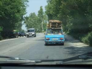 vieille voiture sur une route en bulgarie