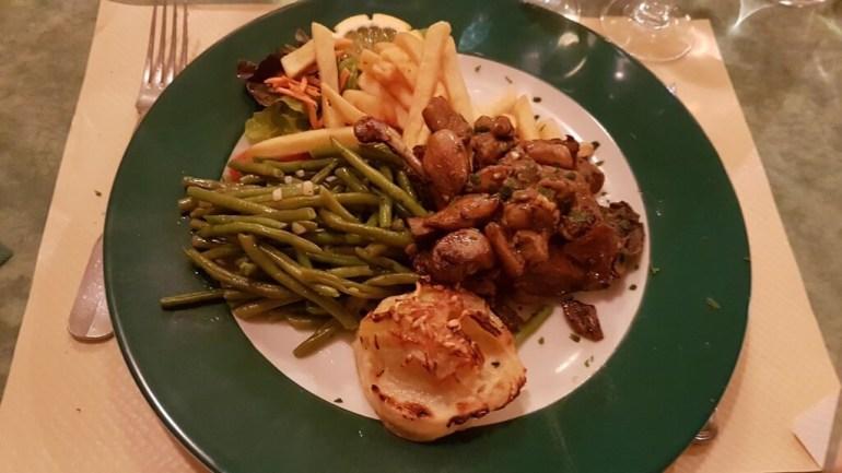 cuisse de canard aux cepes au restaurant petit gazouillis à Castelnaudary