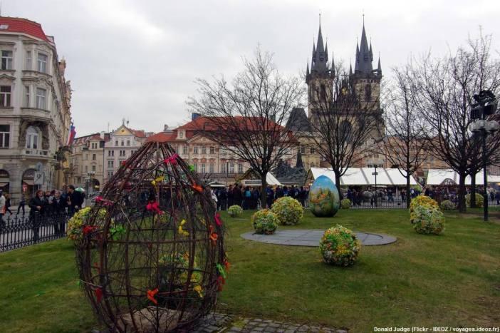Prague à Pâques décorations dans un jardin près de l'église du Tyn