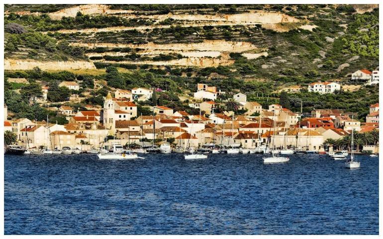Vue d'ensemble sur le village de Vis sur l'île de Vis en Dalmatie
