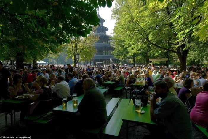 Biergarten Tour chinoise dans le jardin anglais à Munich