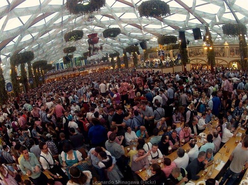 Buveurs de bière sous une tente d'Oktoberfest à Munich