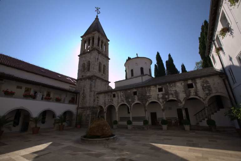 Monastère de Krka monastère serbe orthodoxe