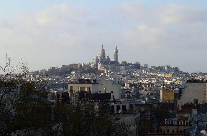 Vue sur la butte Montmartre depuis la rue Georges-Lardennois