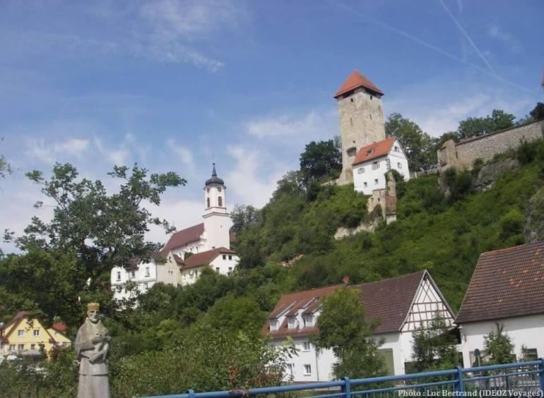 Village de Bavière dans la vallée du Danube