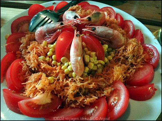 salade servie dans les lofoten tomates crevettes mais