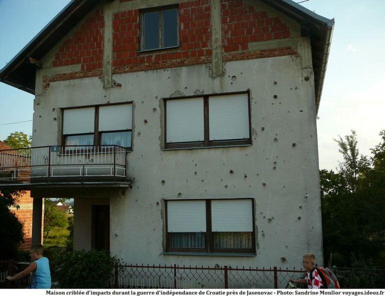 Maison criblée d'impacts durant la guerre d'indépendance de Croatie près de Jasenovac