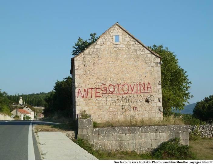 Ruines de guerre en Croatie hommage à Gotovina sur la route vers Imotski