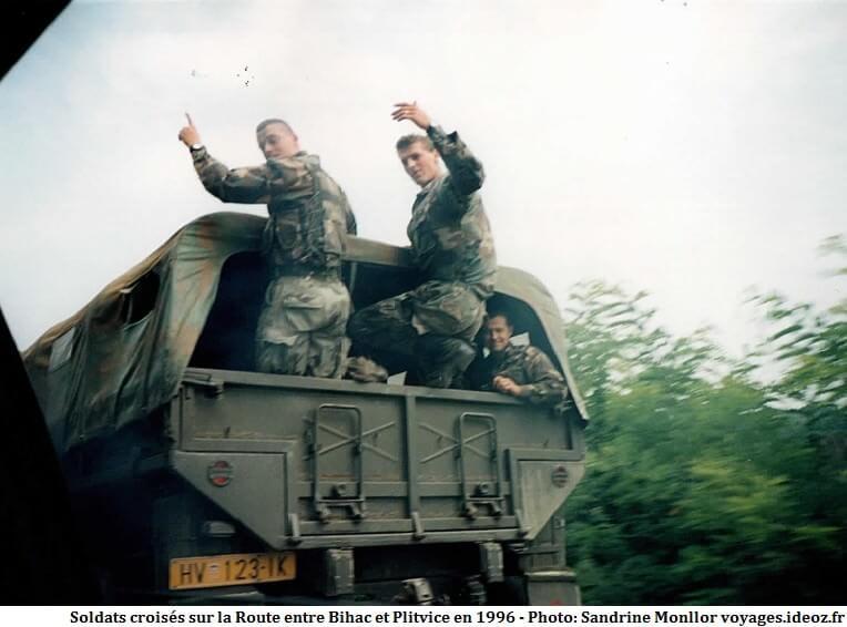 Soldats croates et camion après la guerre en Croatie