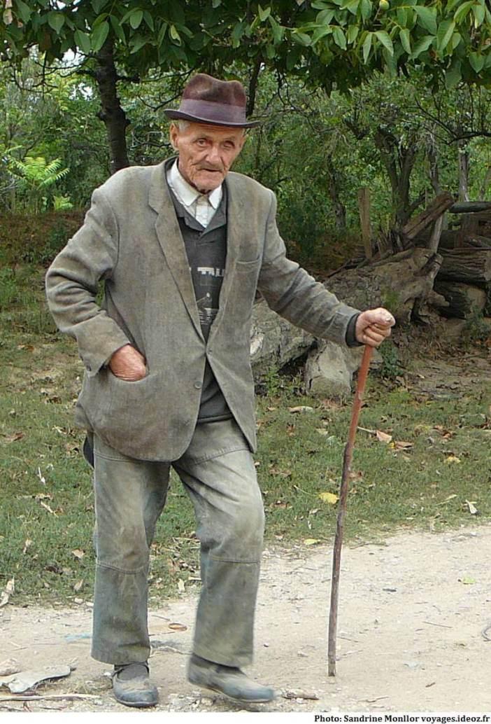 Vieil homme croisé sur le bord d'une route dans les Balkans