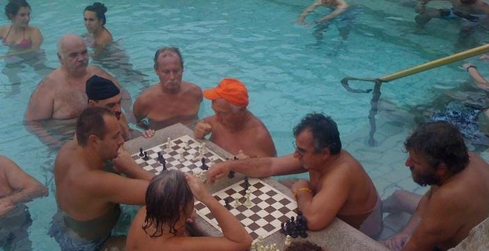 Bains à Budapest joueurs d'échecs en hiver