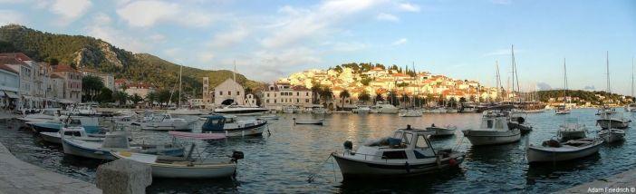 Lever du soleil sur la ville de Hvar