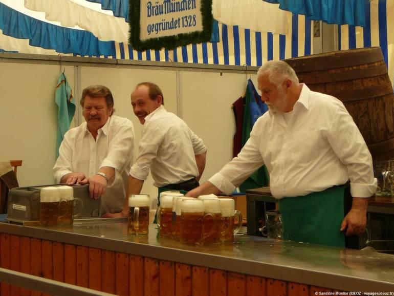 Brau Munchen chopes sous la tente Augustiner Brau à Fruhlingsfest
