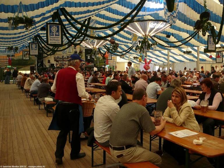 Fruhlingsfest de Munich Tente Bayernland vendeur de bretzels