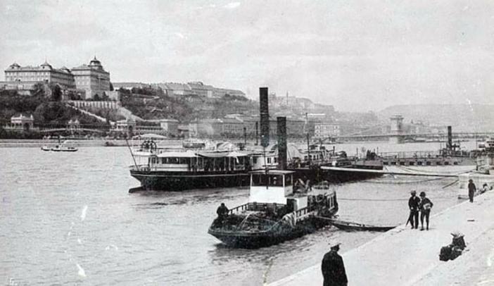 Bateaux a vapeur avec le Chateau de Budapest en arriere plan