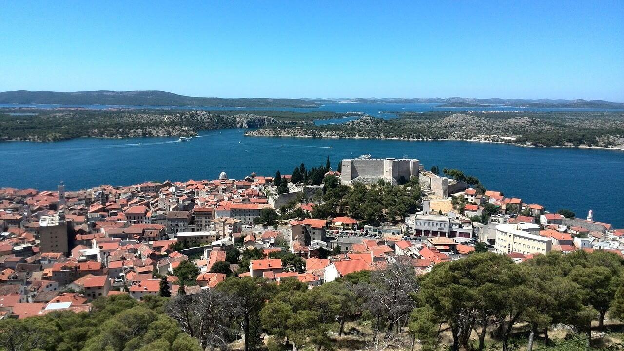 Sibenik depuis les hauteurs forteresse saint jean, vieille ville et ile de Murter