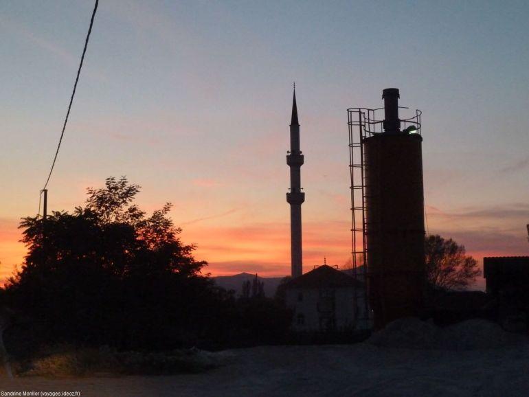 Coucher de soleil mosquée en Bosnie dans la campagne