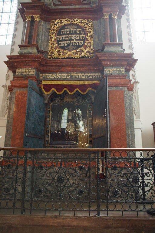 Intérieur de la Synagogue Vieille Nouvelle à Prague