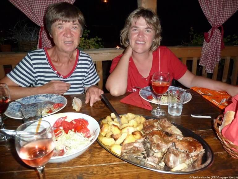 Repas chez Kalpic à Radonic viande sous la cloche et pommes de terre