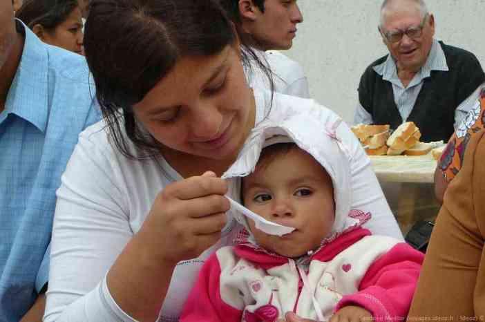 Petite fille tzigane mangeant sa soupe au repas du monastère Ostrov