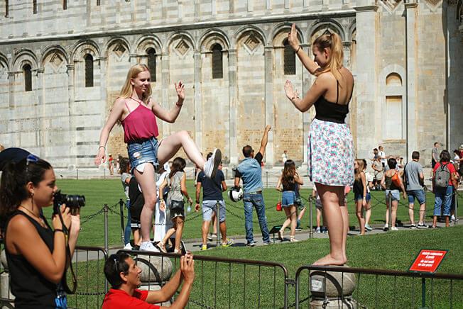 Pise touristes en train de prendre la pause