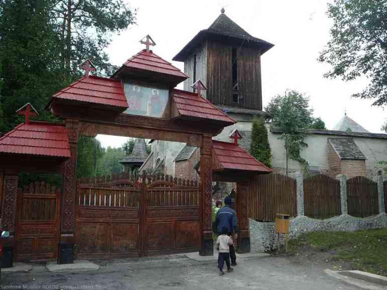 Portée d'entrée du monastère Cotmeana en roumanie