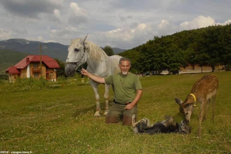 Branko Sokac avec un faon un cheval et un chien à Mrzlin grad près de Plitvice