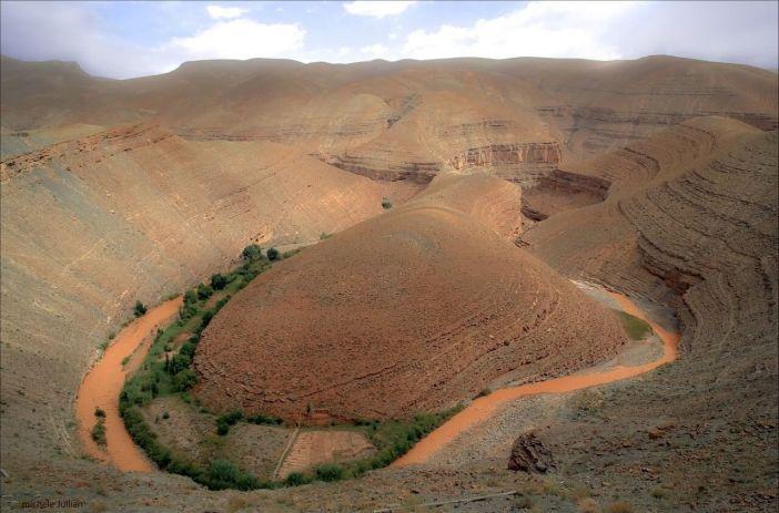 Maroc extrême un petit air du colorado avec ce canyon et cette rivière de l'Atlas