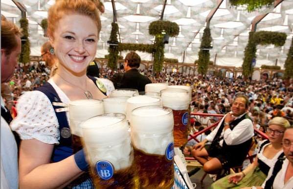 Serveuse souriante lors de l'oktoberfest de munich sous la tente Hofbrau