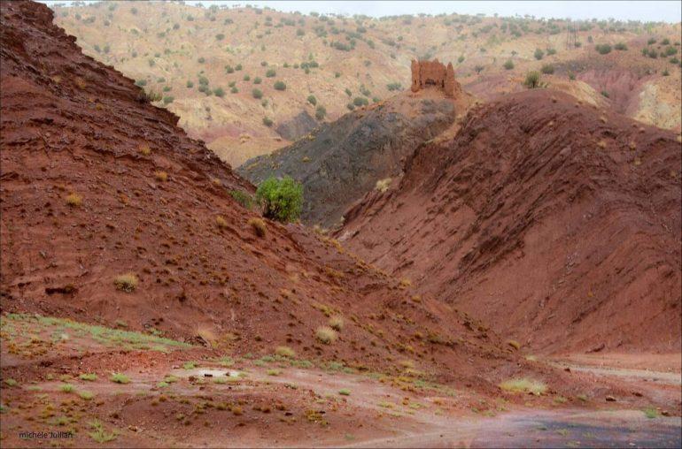 Vers le fort en ruine dans les montagnes de l'Atlas au Maroc
