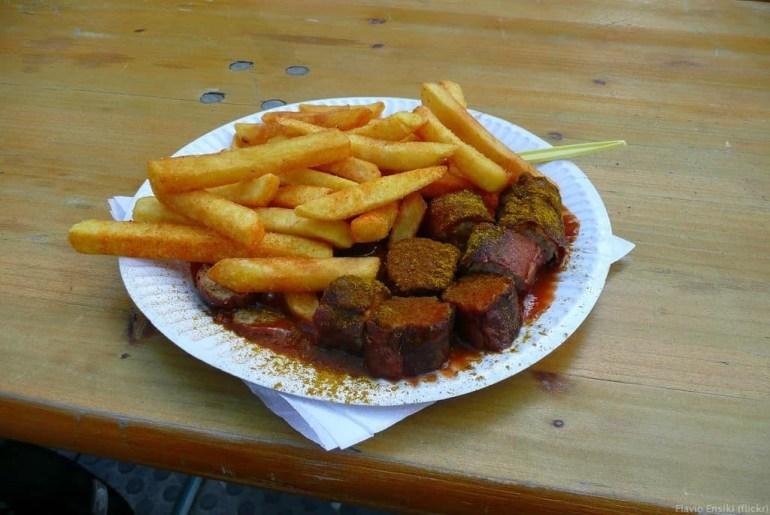 currywurst saucisse berlinoise au ketchup et au curry et frites