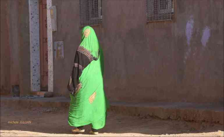 femme de dos au Maroc