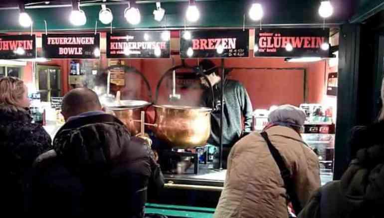vin chaud fumant sur le marché de Noël d'Innsbruck