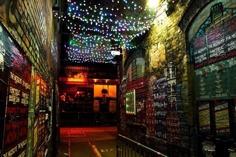 Lumières de Noel dans une petite rue de Berlin bohème
