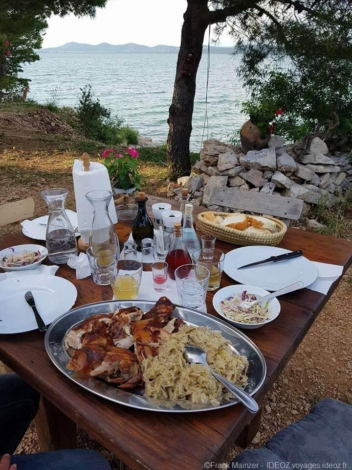 cochon à la broche servi à la table de la ferme Fledermaus à Vransko jezero