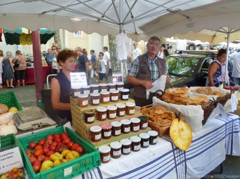 Vendeur d'oreillettes et de confitures lors du marché gourmand de castelnaudary (1)