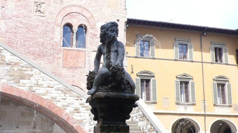 Angelot sur la fontaine sur la place centrale de Prato