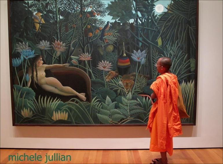 moine bouddhiste admirant un tableau de gauguin à new york
