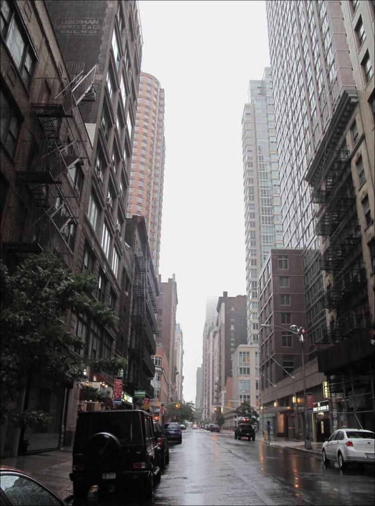 une rue de new york sous la pluie