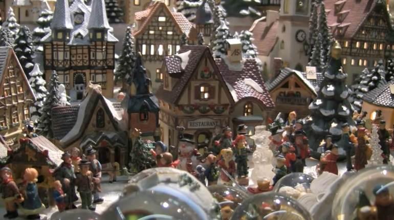 modèles de maisons traditionnelles et de santons autrichiens sur le marché de noel de salzburg
