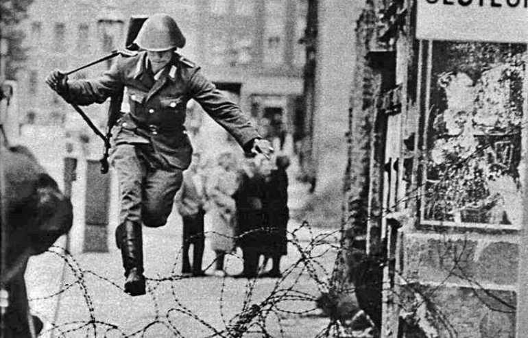 jeune douanier est-allemand Conrad Schuman passant à l'ouest à berlin en 1961