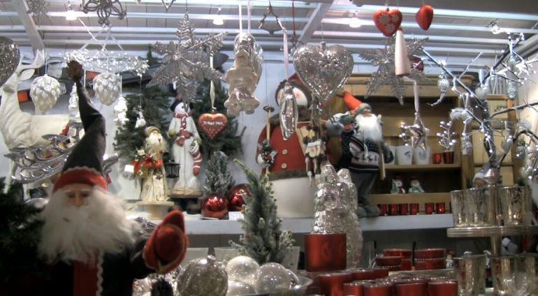 décorations de noel sur les stands du marché de noel de salzbourg sur la place principale