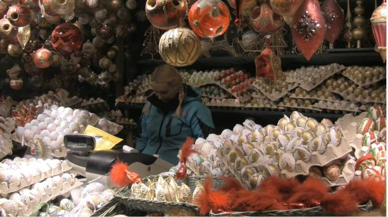stand de boules de noel sur le marché de l'avent de salzbourg