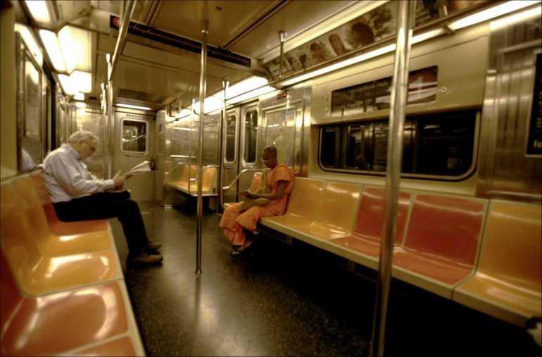 moine bouddhiste dans le métro de new york