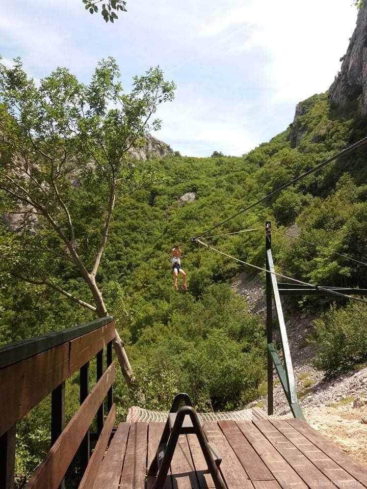 tyrolienne au dessus de la rivière Cetina à Omis
